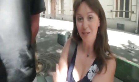 Babe con video porno amatoriali con dialoghi italiani tette di silicone si masturba nudo
